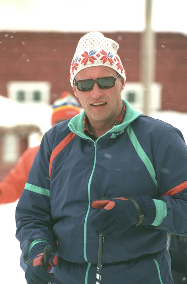 POPULÆRT OG TRADISJONELT: Kong Harald i både den populære skidressen og en tradisjonell strikket lue. FOTO: NTB Scanpix