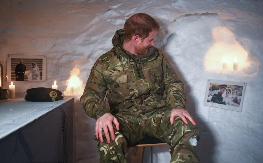 ROMANTISK GEST: De britiske soldatene som tok imot prins Harry under hans besøk i Bardufoss i Målselv i Troms, på selveste Valentinesdagen, hadde sørget for at prinsen ble påminnet hva som venter på ham der hjemme. FOTO: NTB Scanpix