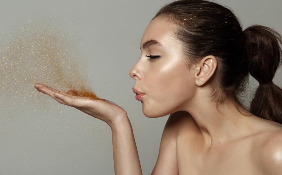 GLITTER: Glitter er noe mange elsker, men visste du at det kan være ganske skadelig for både huden vår og miljøet. FOTO: NTB Scanpix