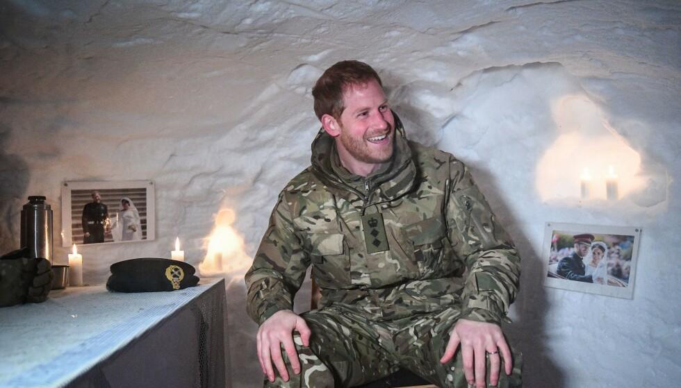 I SNØHULA: Mens prins Harry tok seg en velfortjent pause i snøhula etter vinterøvelsen «Clockwork», nøt han en god kopp kaffe fra termosen og hyggelige bryllupsbilder fra det kongelige bryllupet i mai. FOTO: NTB Scanpix