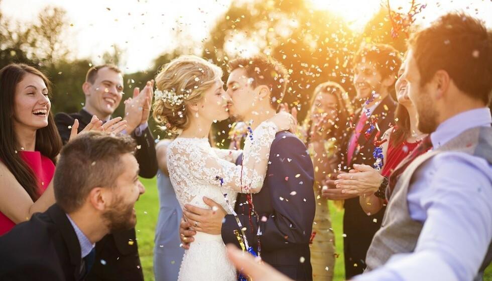 BRYLLUPSFEST: Hvordan skal man gjøre det med alkoholen når man skal gifte seg? Ifølge eksperten oppfattes man ikke som gjerrig dersom man har bonger, eller om gjester betaler for drinker etter maten. FOTO: NTB Scanpix