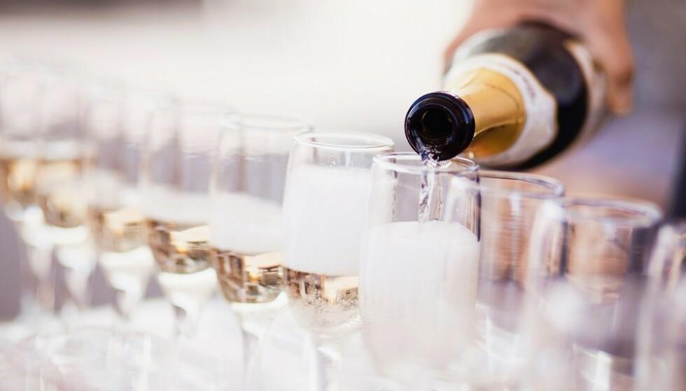 FRI FLYT: Åpen bar betyr ofte fri flyt av alkohol, og kan føre til mye svinn. FOTO: NTB Scanpix