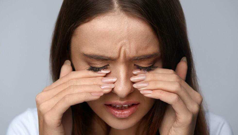 IRRITERTE ØYNE: Viste du at huden rundt øynene er fire ganger tynnere enn huden på resten av kroppen? Det er derfor veldig viktig å bruke produkter som ikke irriterer det området. Foto: NTB Scanpix