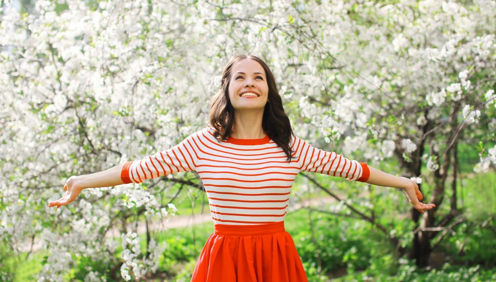 BLI LYKKELIG: Ekspertenes beste tips for å bli mer lykkelig er å knytte bånd, være oppmerksom, være aktiv, fortsette å lære og gi.