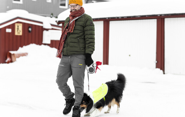 TURKAMERATER: Bjørn går til fysioterapi og jobber med å holde muskelstyrken i beina ved like ved blant annet daglig turer med hunden Sparky. FOTO: Astrid Waller