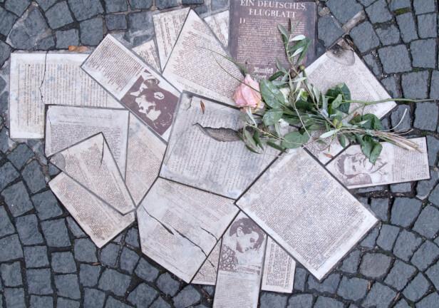 MINNESMERKE: Foran Ludwig-Maximilians-Universität i München, som søskenparet Hans og Sophie Scholl studerte ved i 1942, er det blitt satt opp et minnesmerke over de tre henrettede studentene fra motstandsgruppen Den hvite rose. FOTO: NTB Scanpix