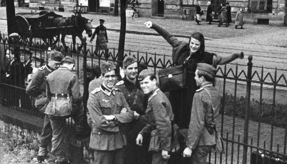 PÅ VEI MOT ØSTFRONTEN: I juli 1942 ble flere av medisinstudentene ved Universitetet i München beordret til å dra til Østfronten. Blant dem var Sophie Scholls storebror Hans Scholl. Her tar hun farvel med broren og kameratene på togstasjonen før avgang. Fra venstre: Hubert Furtwängler (ikke medlem av Den hvite rose), Hans Scholl, Raymund Samiller og Alexander Schmorell. FOTO: NTB Scanpix