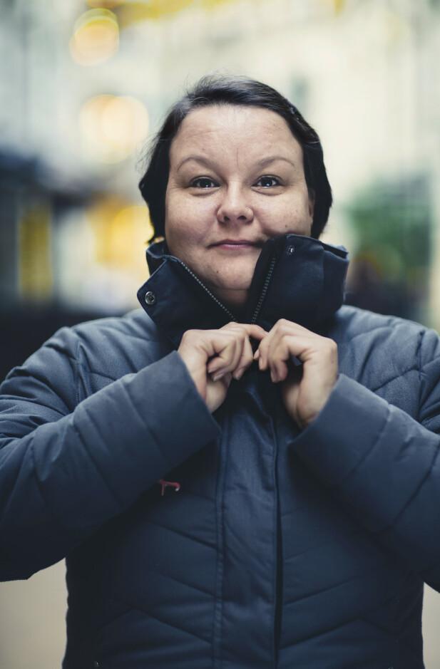 STOLT: Noe av det første «Liv» gjorde da hun begynte samarbeidet med forfatter Anne Britt Harsem, var å invitere henne med på «Miha»-konserten, stolthetskonserten som ble arrangert i kjølvannet av Tysfjordsaken der samiske artister spilte i solidaritet med ofrene:  – Jeg tenkte at det var fint for henne å se varmen som fantes i bygda. Varmen, nærheten samholdet. Det finnes ikke bare idioter i Tysfjord. Det finnes ordentlige folk også. FOTO: Astrid Waller