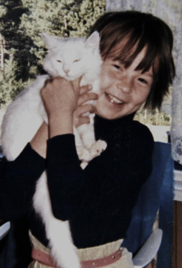 FØR DET STARTET: Liv seks år, sammen med katten sin. Kun få år senere begynte overgrepene fra menn i bygda, og siden fra faren, forteller Liv. Foto: Privat