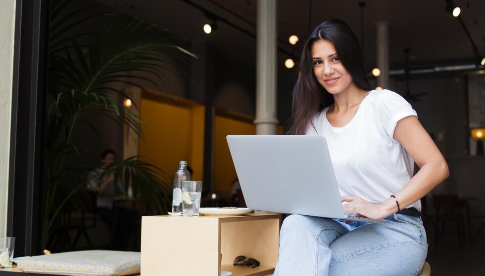 JOBBINTERVJU: Det er mange tiltak du kan gjøre for å få en best mulig start på jobbintervjuet - selv før det er i gang! Som for eksempel spise en god frokost, sette deg inn i hva bedriften du søker jobb hos står for og ikke minst: smile og tenke positive tanker. Lykke til! FOTO: NTB Scanpix