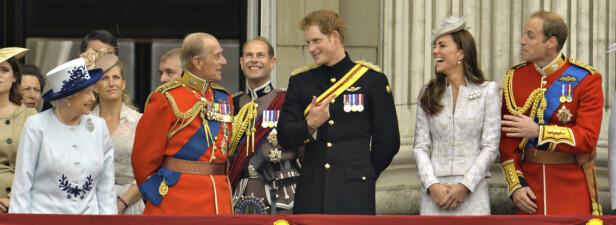 NÆR RELASJON: Prins Harry har hele livet hatt en helt spesiell kjemi med farfar prins Philip. Kanskje han velger å hylle bestefaren ved å kalle en eventuell sønn opp etter prinsgemalen? Dette bildet er tatt på Buckingham palace i 2014 - to år før Harry fant kjærligheten med den amerikanske skuespilleren Meghan Markle. FOTO: NTB Scanpix
