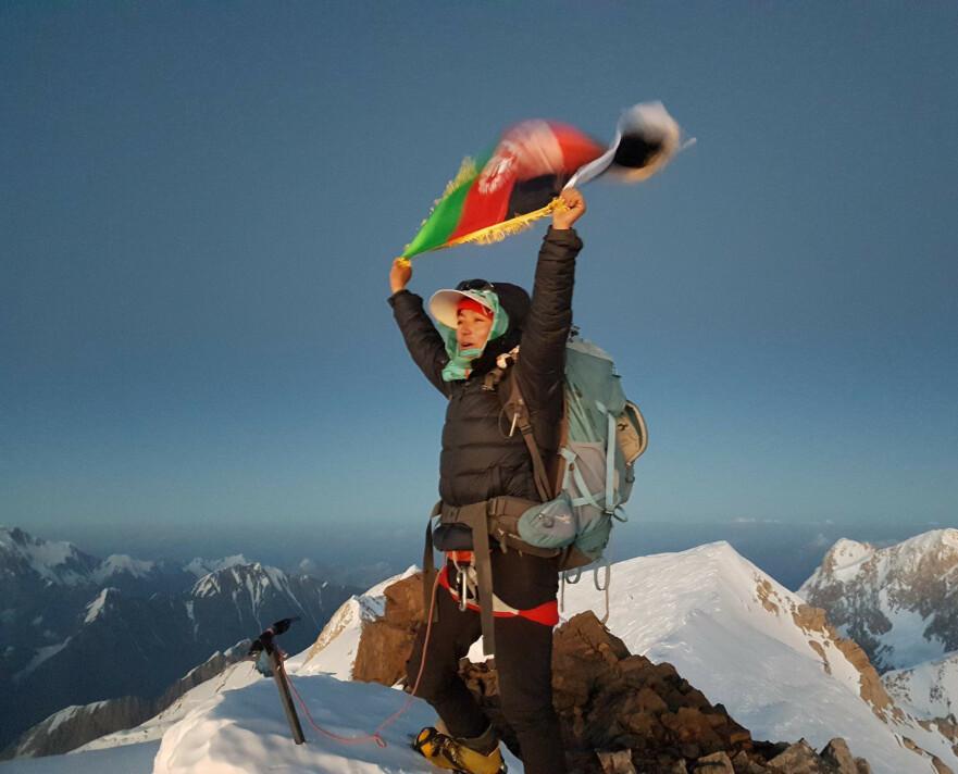 DRØMMETUR: Den 10. august 2018 nådde Hanifa (24) drømmemålet. Å bli den første afghanske kvinnen på toppen av det 7492 meter høye Mount Noshaq. FOTO: Vibeke Sefland