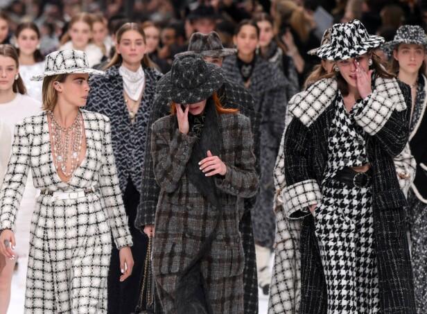 TÅREVÅT AVSKJED: Flere av modellene gråt etter at Chanel-visningen var over. Foto: Scanpix