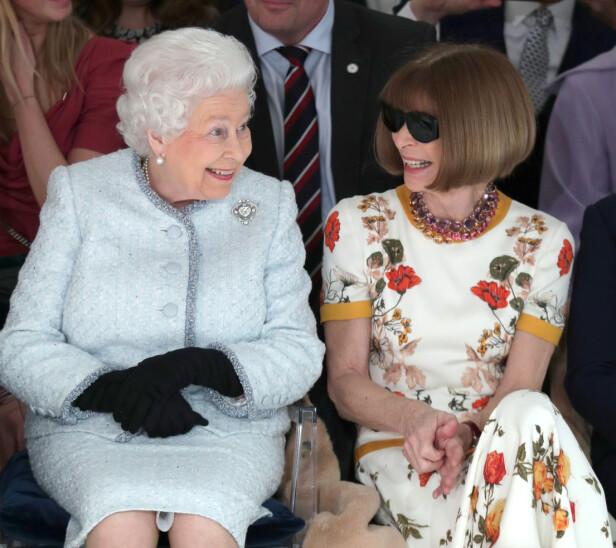 PÅ MOTEVISNING: Dronning Elizabeth satt ved siden av Anna Wintour under moteuken i London. Foto: Scanpix