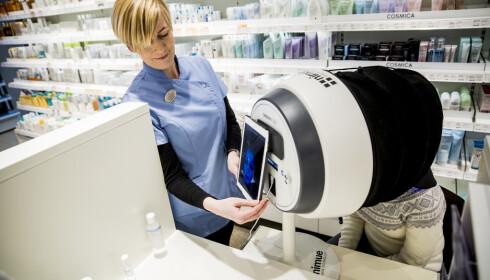 ANALYSE: I dette apparatet ser hudpleier Aina Holmen på Apotek 1 Sfinxen i Oslo flere detaljer i Lindas hud.
