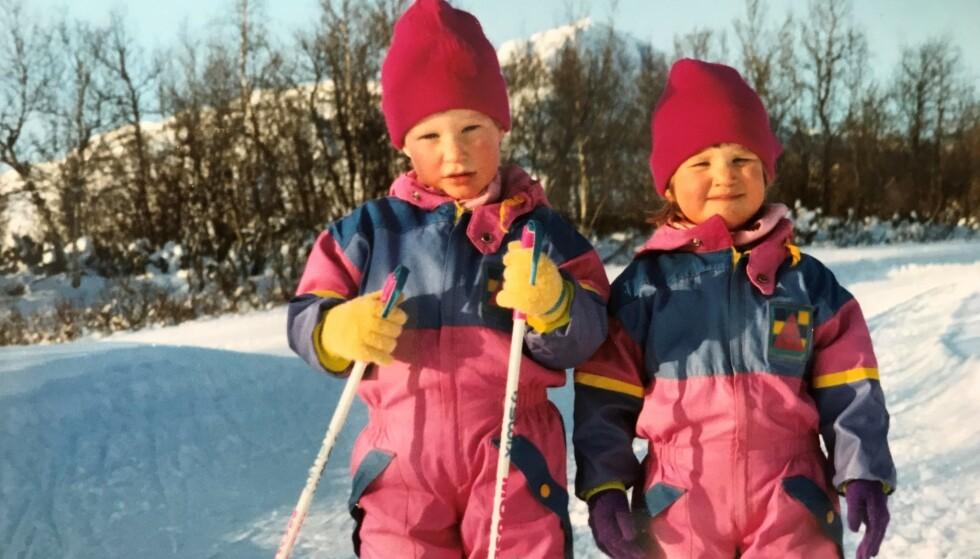 TIDLIG KRØKES: Ida og Mari Eide fotografert i sitt rette element i karakteristiske 90-tallsparkdresser. FOTO: Privat