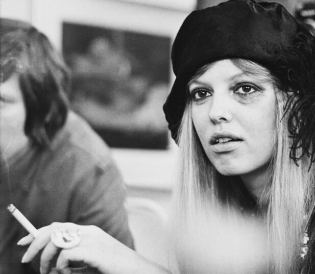 PÅ BARRIKADENE: Suzanne Brøgger da hun var i 20-årene. I 1973 debuterte hun med romanen «Fri oss fra kjærligheten» der hun erklærte ekteskap og monogami som dødt. FOTO: NTB Scanpix