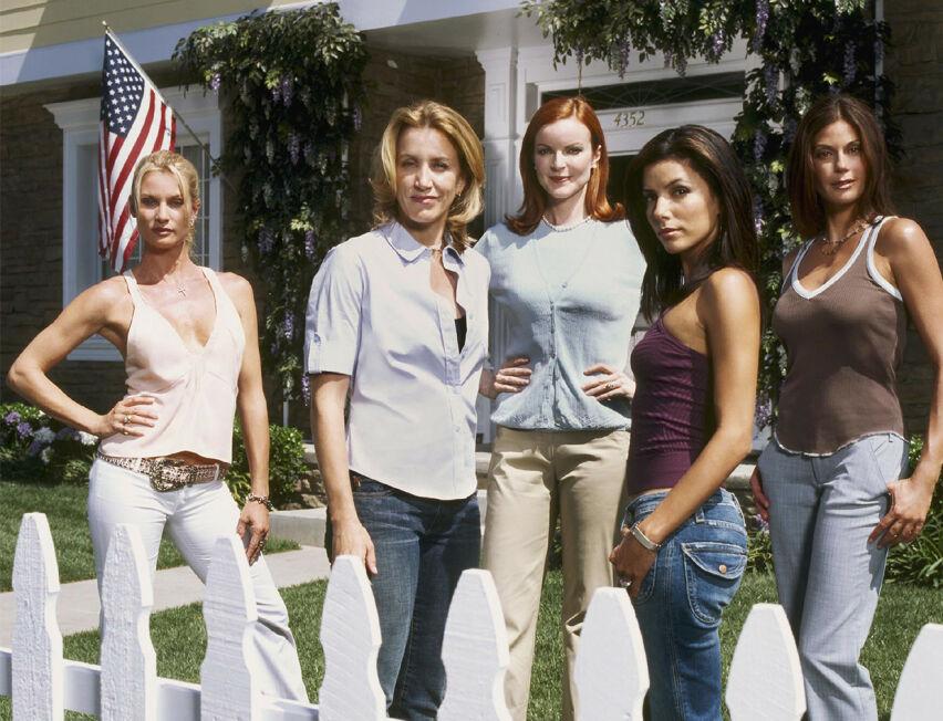 VENNSKAP OG INTRIGER: Nicollette Sheridan, Felicity Huffman, Marcia Cross, Eva Longoria og Teri Hatcher ble seerfavoritter da de inntok det fiktive nabolaget i Wisteria Lane i 2004. FOTO: ABC