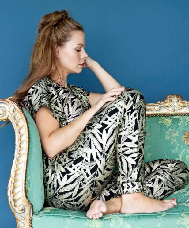 Tidligere gikk hun med blazer og stram hestehale. Nå kler Majbritt seg gjerne i spraglete klær. – Jeg føler meg ufattelig veltilpass i meg selv nå, sier hun. FOTO: Heidi Maxmiling