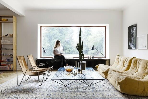 De karrigule Togo-sofaene er designet av Michel Ducaroy for Ligne Roset. Stolene i aluminium og skinn er Verner Panton. FOTO: Anitta Behrendt