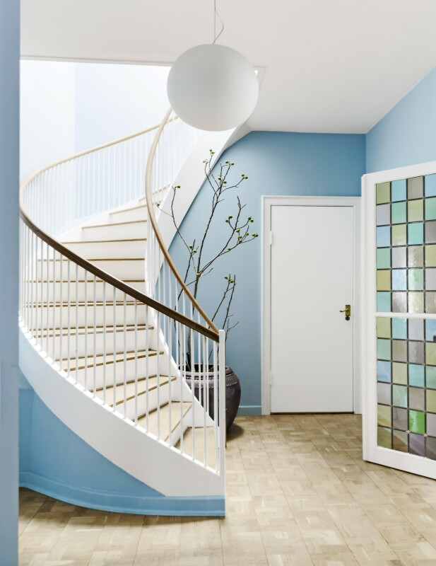 Den blå veggen gir en poetisk stemning til et trappeområde. FOTO: Anitta Behrendt