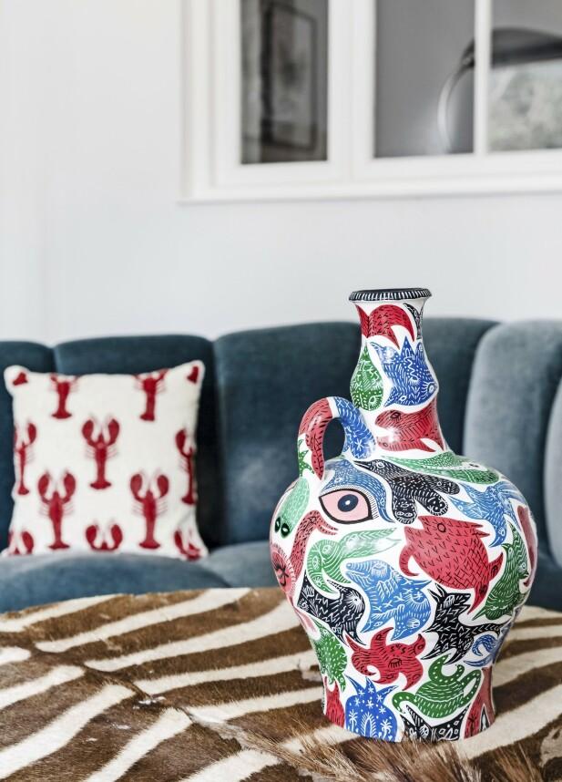 Gjør boligen litt humoristisk ved å innrede med tekstiler og keramikk med morsomme mønstre. Vasen er et reisefunn fra Marokko, og puten med hummertrykk er funnet hos Beau Marché. FOTO: Anitta Behrendt