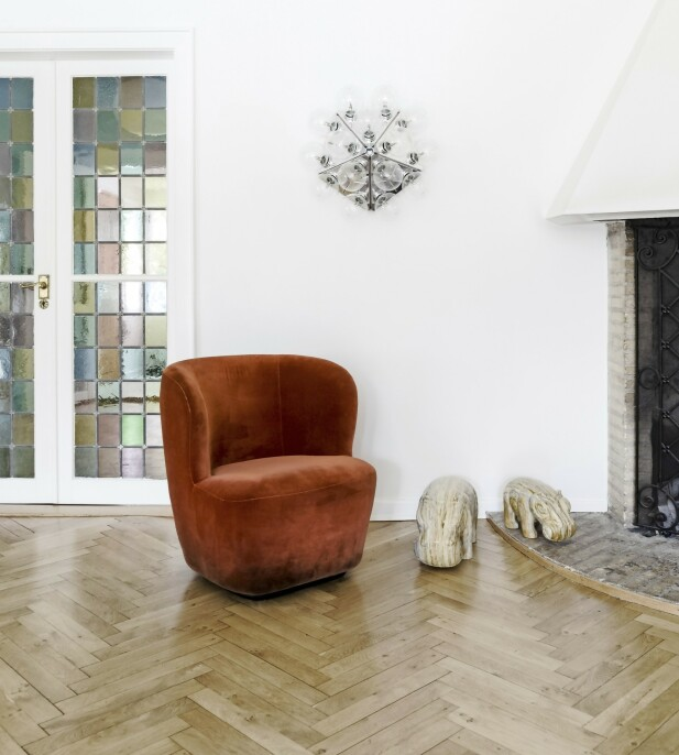Stolen er fra Gubi, vegglampen «Taraxacum» fra Flos og de to flodhestene er funnet på nettet.