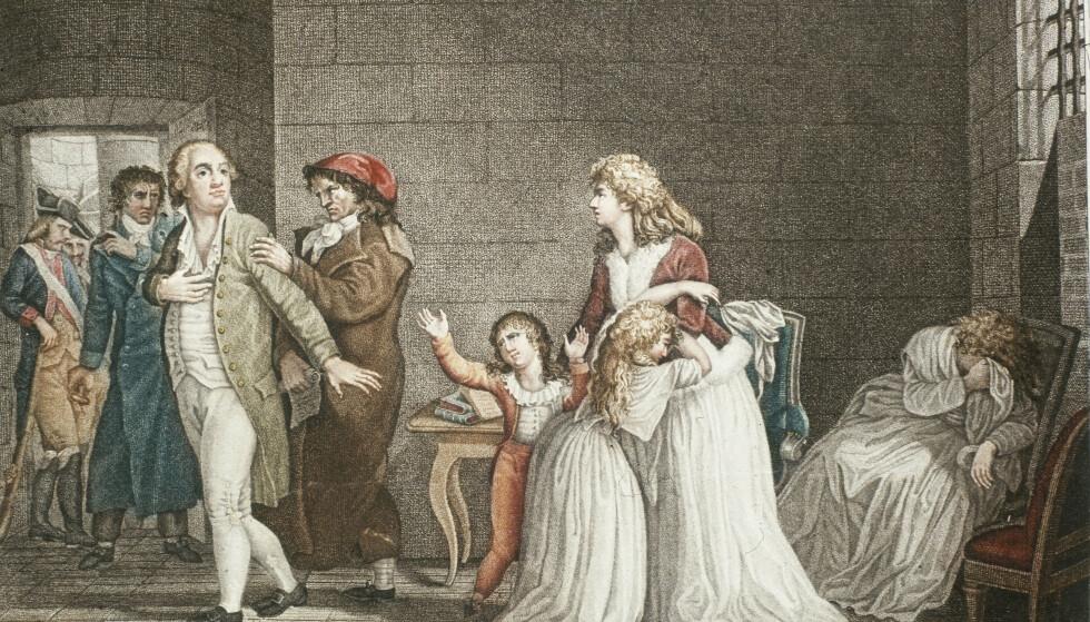 DET SISTE MØTET: Marie Therese klamrer seg til mamma Marie Antoinette idet faren, kong Ludvig 16. blir ført ut av fengselscellen, på vei til giljotinen. Senere blir også moren sendt til giljotinen. Tanten som sitter i stolen ble også halshugget. Lillebror Ludvik Karl, strekker seg etter faren idet han blir ført bort. Ludvik Karl var arveprins, og ble senere ble funnet død i en fengselscelle, alene og forlatt. FOTO: NTB Scanpix/Verdinier, Paris Bibliothèque Nationale.