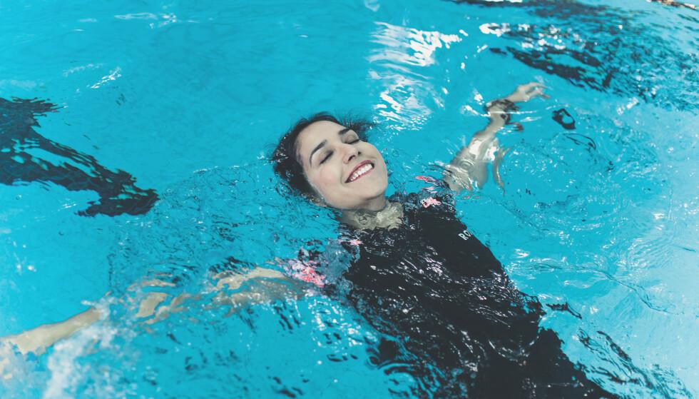 SVØMMEDYKTIG: Først kavet hun og slukte enorme mengder klorvann. Nå svømmer Shazia Majid (44) tusen meter så ofte hun kan. Svømmeferdighetene lærte hun seg på Youtube. FOTO: Astrid Waller