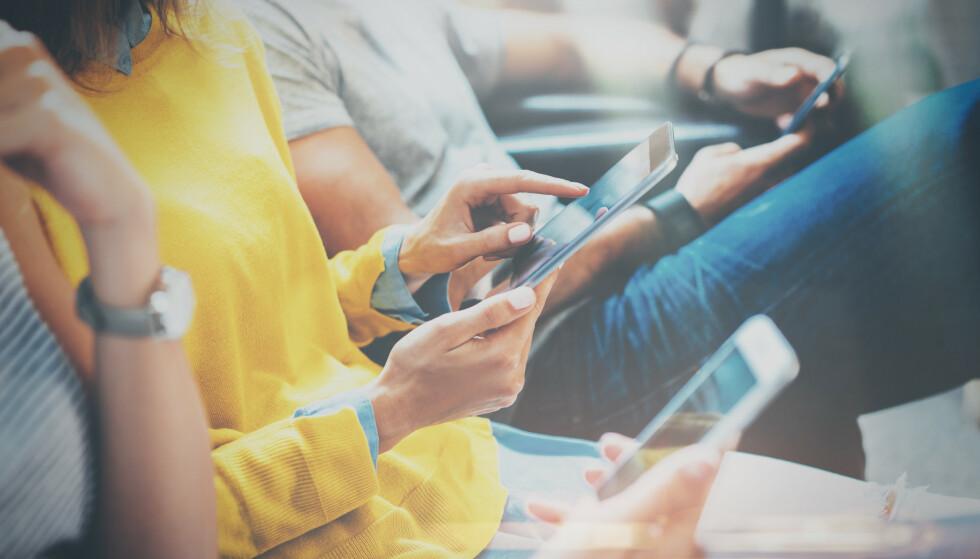 AVHENGIG? Mange av oss ville kanskje blitt overrasket over hvor mange ganger vi sjekker telefonen i løpet av dagen. FOTO: NTB Scanpix