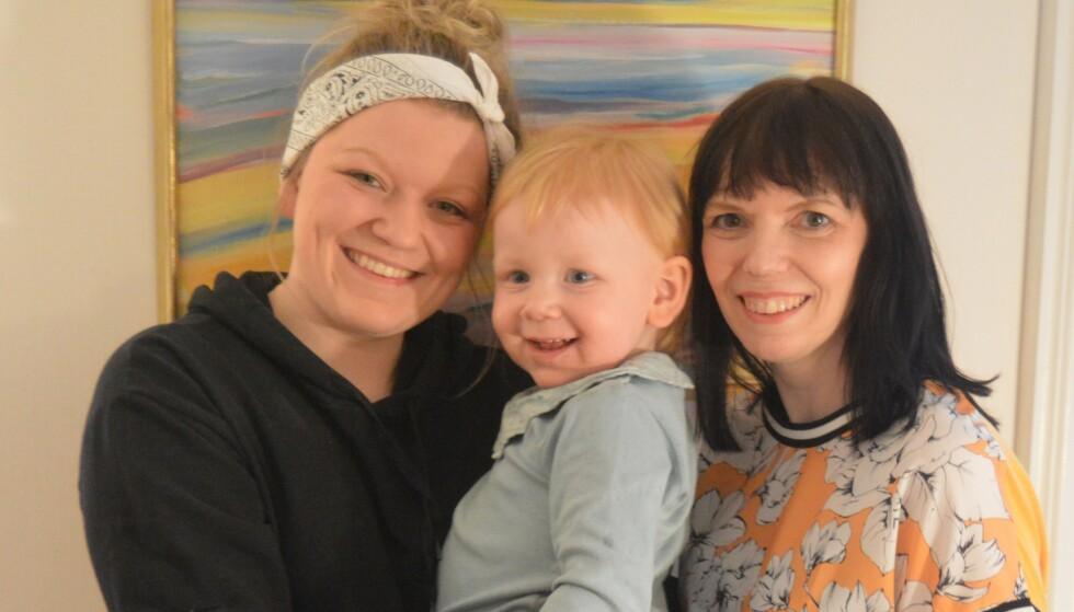 TRE GENERASJONER: Eldstedatter Helene (22) ble en ung mamma, og det er Bodil glad for. FOTO: Privat