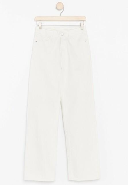 Jeans fra | Lindex | https://www.lindex.com/no/dame/underdeler/jeans/7847556/Hvite-jeans-med-hoeyt-liv/?utm_source=aller&utm_medium=native&utm_campaign=1903_woman&utm_content=smart_wardrobe