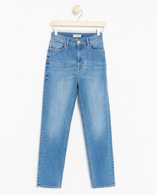 Jeans | Lindex | https://www.lindex.com/no/dame/nyheter/7868882/Rett-jeans-med-hoeyt-liv-og-avkortede-ben/?utm_source=aller&utm_medium=native&utm_campaign=1903_woman&utm_content=smart_wardrobe