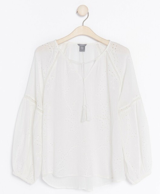 Bluse | Lindex | https://www.lindex.com/no/dame/overdeler/bluser-skjorter/7862120/Hvit,-hullbrodert-bluse/?utm_source=aller&utm_medium=native&utm_campaign=1903_woman&utm_content=smart_wardrobe