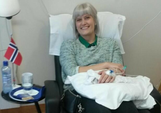 FLAGGET TIL TOPPS: Siste cellegiftbehandling blir feiret med flagg på sykehuset. Foto: Privat