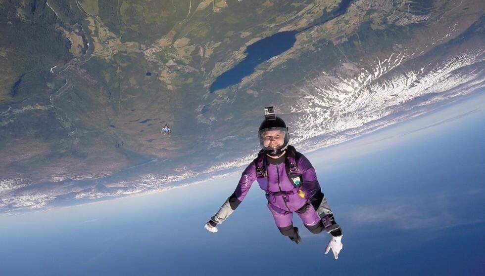 NYTT PERSPEKTIV: - Jeg tror trening og fallskjermhoppingen har vært godt for psyken, forteller Ingrid Johansen som fikk brystkreft som tredveåring. FOTO: Privat
