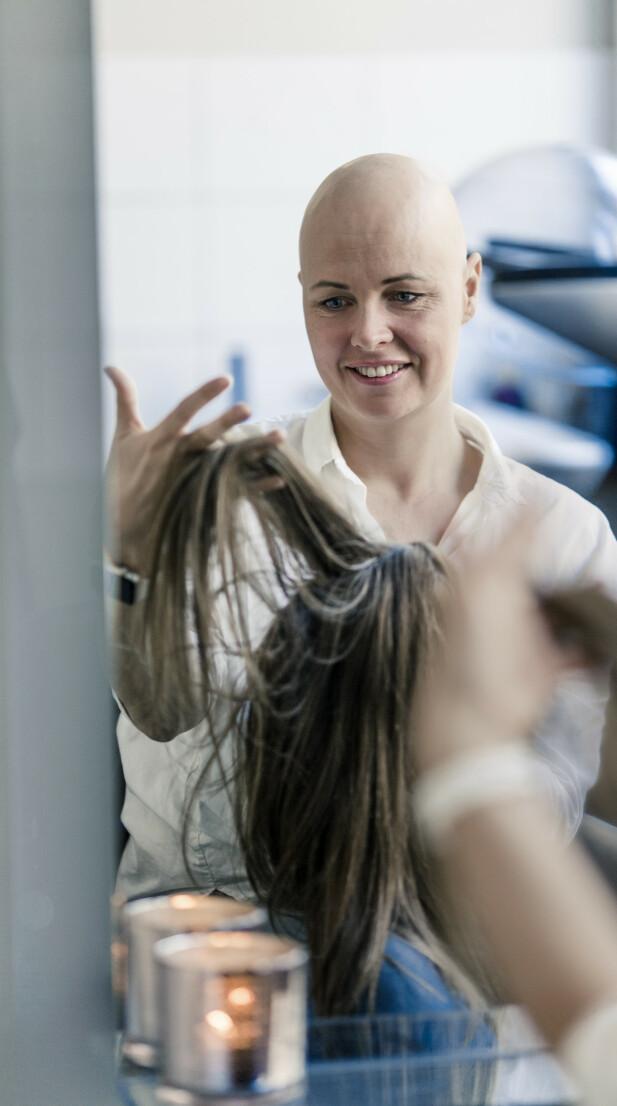 HELT BAR: Kari Mette er komfortabel med å gå uten parykk også. FOTO: Astrid Waller