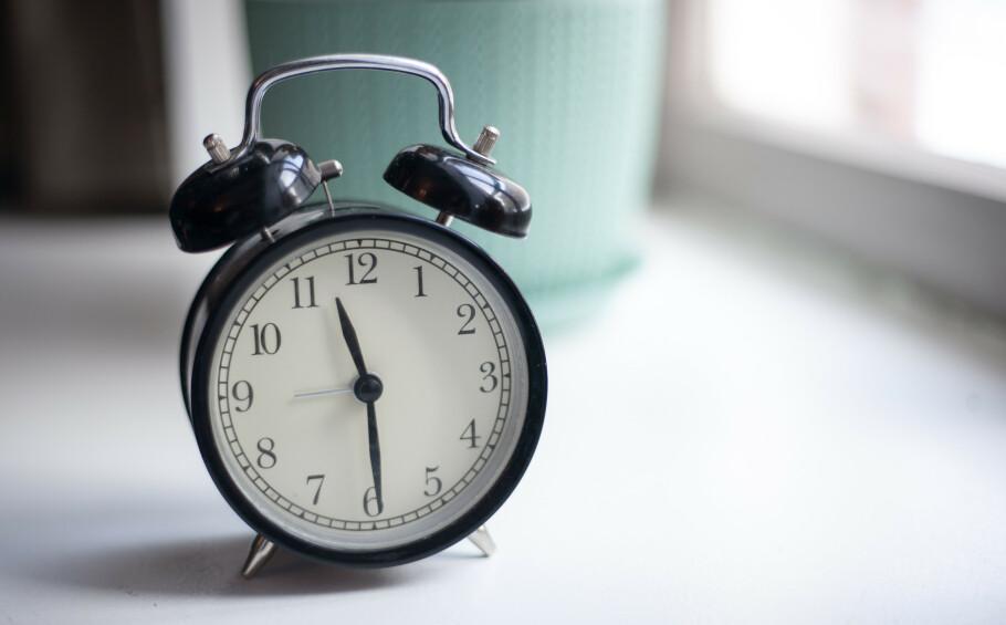 HUSK Å STILLE KLOKKEN: Natt til søndag skal klokken stilles én time fram. Da går vi lysere tider i møte. FOTO: NTB Scanpix