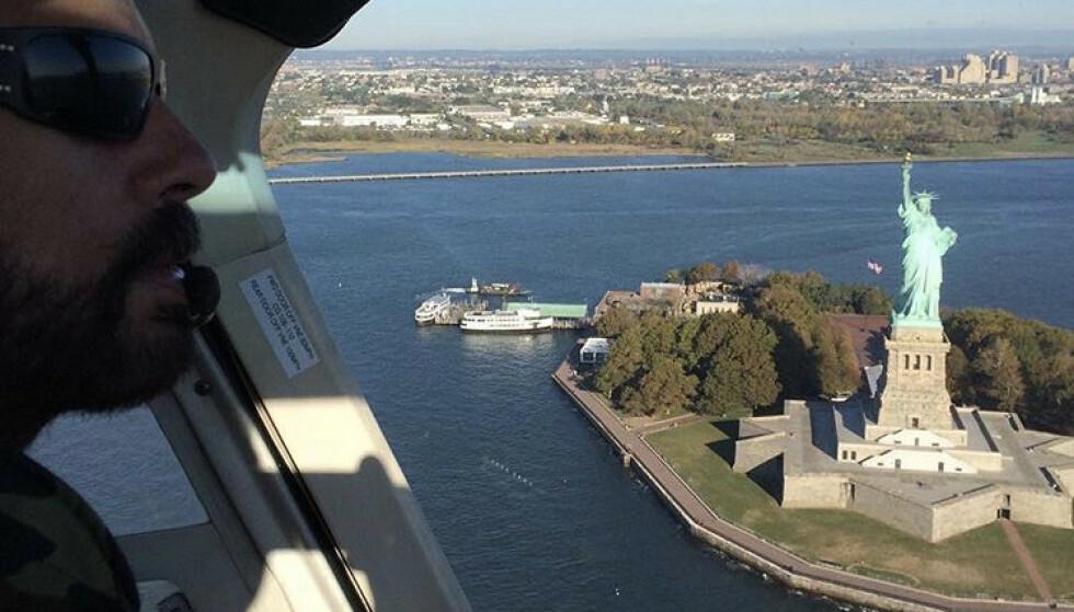 LUFTIG ARBEIDSPLASS: Et av helikopterpiloten Lorenzo Lamas' favorittaktiviteter i New York er å fly over Frihetsgudinnen, sier han på hjemmesiden til HeliNY. FOTO: SKjermdump Instagram