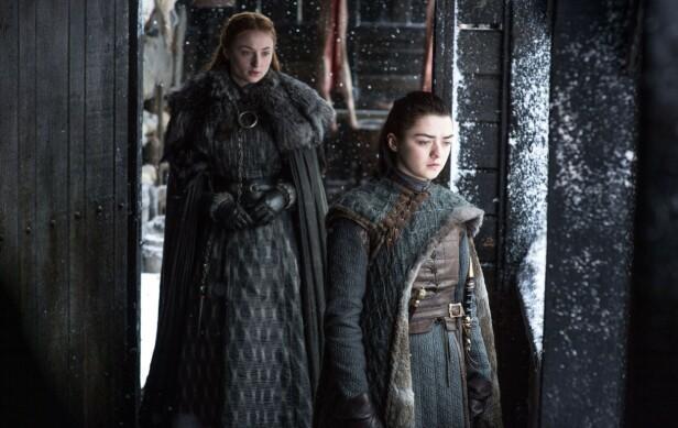 <strong>SØSTRE:</strong> Sophie Turner og Maisie Williams har hatt rollene i Game of Thrones siden de var 12 og 13 år. FOTO: HBO // NTB Scanpix