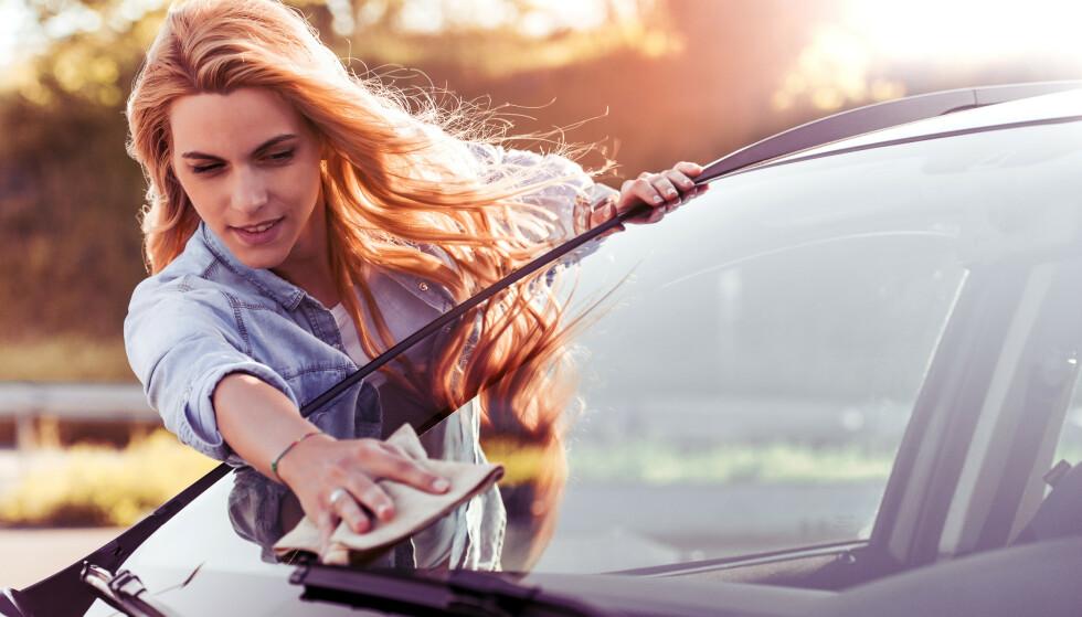 VIL KOMME I BEDRE FORM: Å vaske bilen for hånd kan være med på å få deg ut av stillesittingen. Eller å pusse vinduene. FOTO: NTB Scanpix