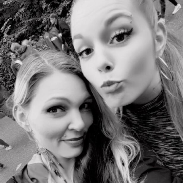 BLIR STADIG FORVEKSLET: Anne Kristine Ulvatn (39) og datteren Ida Mari (22) er så like at de flere ganger har opplevd at venner tar feil av dem. FOTO: Privat