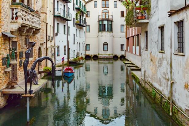 VAKRE KANALER: Det kan ved første blikk minne om Venezia, men lignende arkitektur og kanaler finner man også i den vakre byen Treviso. FOTO: NTB Scanpix