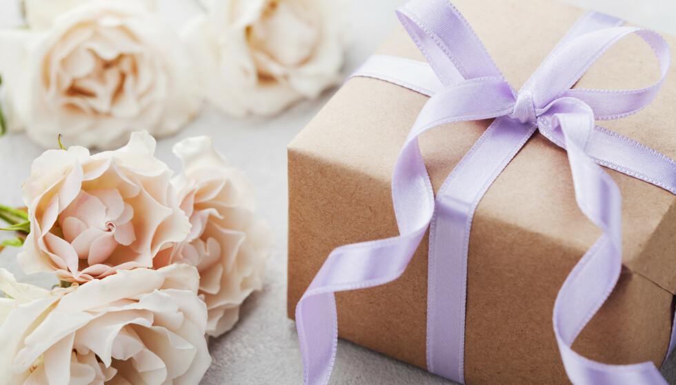 MÅ IKKE KJØPE NOE FRA ØNSKELISTEN: Det er vel så hyggelig å kjøpe noe som ikke står på ønskelisten til brudeparet. Hva med å gi en mer personlig gave? FOTO: NTB Scanpix