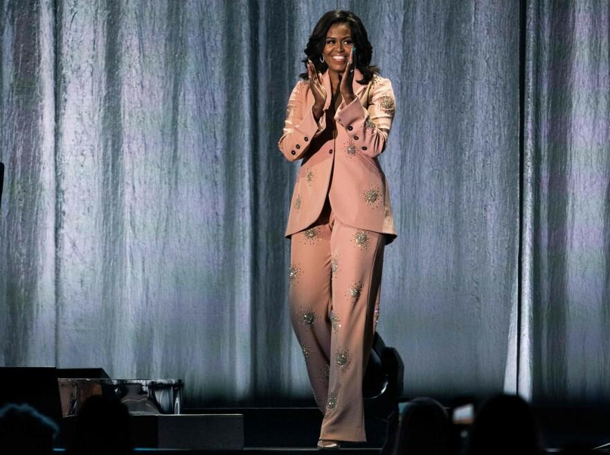 DANSK DESIGN: Bok-aktuelle Michelle Obama stilte i spesialsydd dress fra Stine Goya under sin bokturné. Foto: Scanpix
