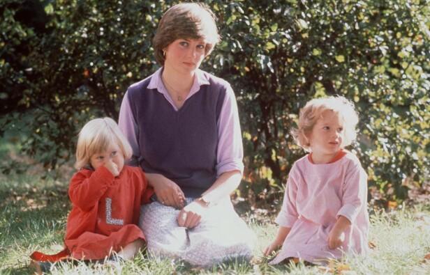 BARNEHAGETANTE: Før prinsesse Diana ble en del av den britiske kongefamilien jobbet hun som barnehageassistent. Dette bildet er tatt med to av barna fra barnehagen i London i 1980. FOTO: NTB Scanpix
