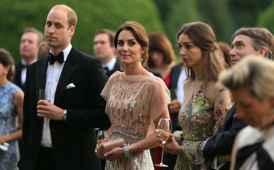 VAR GODE VENNINNER: Prins William og hertuginne Kate har hatt en nær relasjon til nabo-ekteparet Rose Hanbury (ved siden av Kate) og David Rocksavage (t.h.) - nå derimot hevder britisk tabloidpresse og nettroll på sosiale medier at pipen har fått en annen låt. Dette bildet ble tatt under en veldedighetsmiddag i England i 2016. FOTO: NTB Scanpix