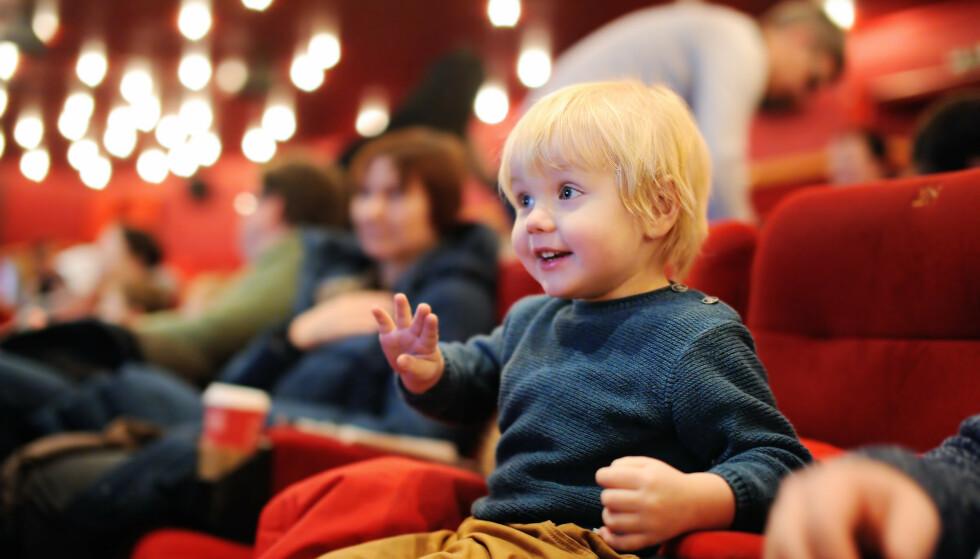 MOBILBRUK PÅ KINO: Noen barnefilmer kan kanskje være dørgende kjedelig for voksne, men er det likevel god nok grunn til å ta frem mobilen? FOTO: NTB Scanpix