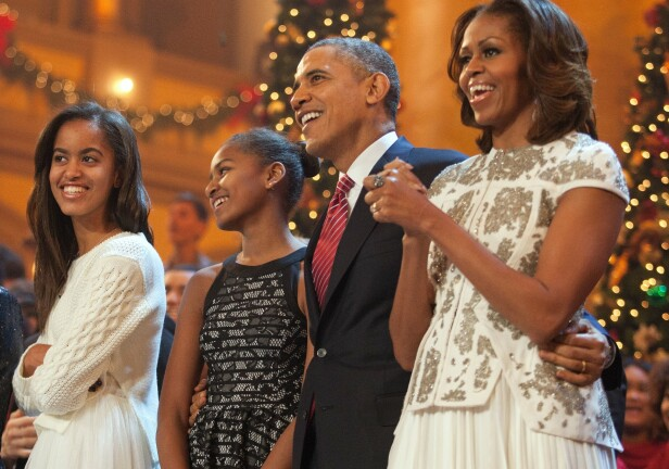 FIN FAMILIE: Michelle Obama med ektemannen Barack Obama og døtrene Malia (t.v.) og Sasha i 2013. FOTO: NTB Scanpix