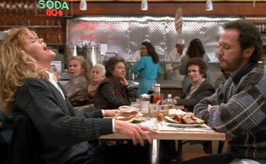 MINNEVERDIG: Det er tre tiår siden vi for første gang fikk servert scenen hvor Sally demonstrerer hvor enkelt det er å «fake» klimaks – på en kafé fylt til randen med folk. FOTO: Columbia Pictures